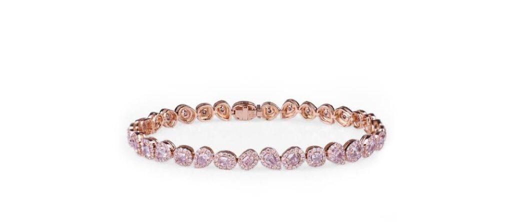 違う形の小さなピンクダイヤを一周つなげたエタニティリング