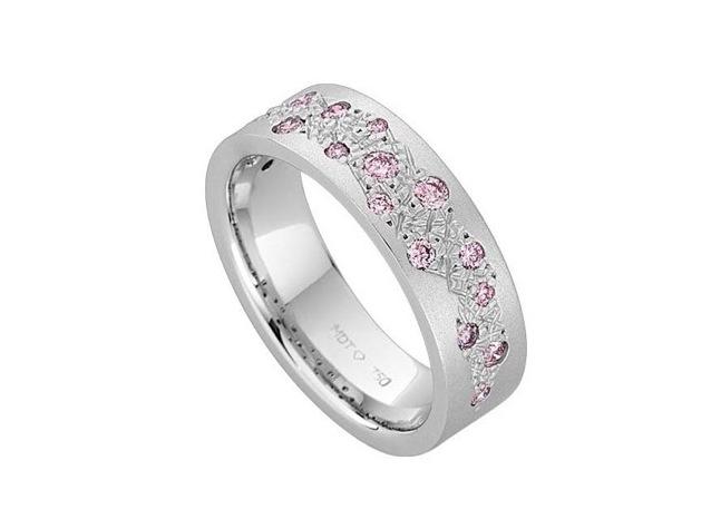 ピンクダイヤをランダムに散りばめたデザインのプ  ラチナり