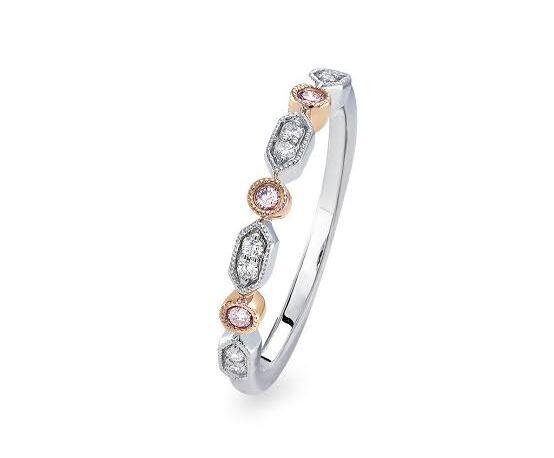 ピンクダイヤが白いダイヤの間で輝くエタニティデザインの結婚指輪
