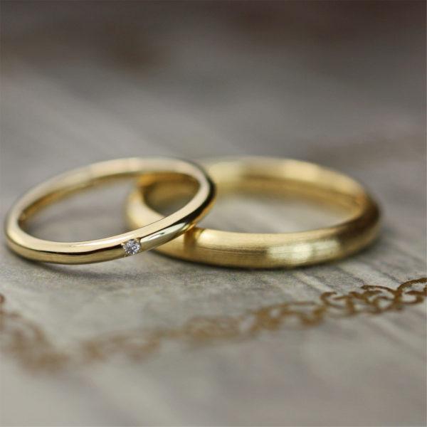 極細のゴールドリングに ヘアラインの艶消しを加えたオーダー結婚指輪