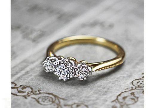 3つのダイヤモンドがゴールドリングにデザインされた婚約指輪