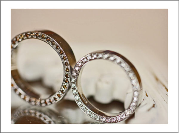 ブラウンダイヤモンド&ホワイトダイヤモンドを結婚指輪のサイドに留めたエタ二ティリング