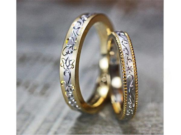 ゴールドとプラチナのコンビリングにユリの柄を手彫りで入れた結婚指輪