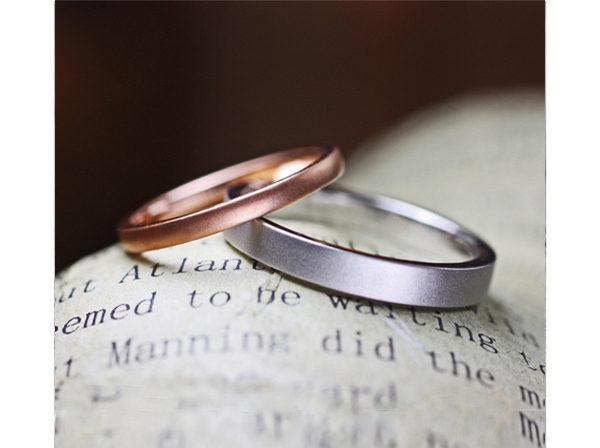 シンプルでフラットなピンクゴールドとプラチナの結婚指輪