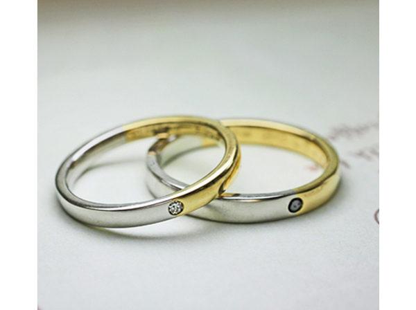 プラチナとゴールドをハーフでつないだシンプルなデザインの結婚指輪