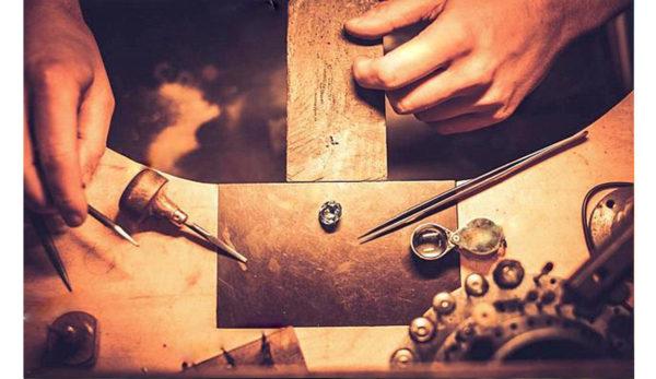 職人とデザイナーが力を合わせながらオーダーメイドの結婚指輪を作り上げていく