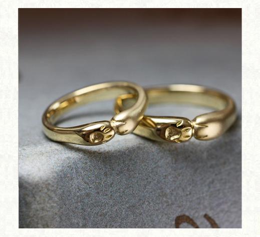 ネコが薬指にハグしているようなデザインの結婚指輪