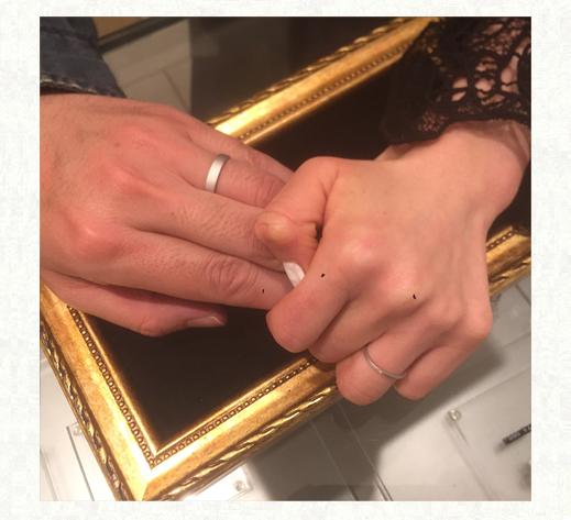 お客様が指輪を着けた記念写真