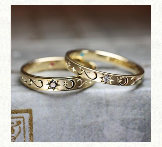 ホワイトダイヤとブラックダイヤの星と月のゴールド結婚指輪