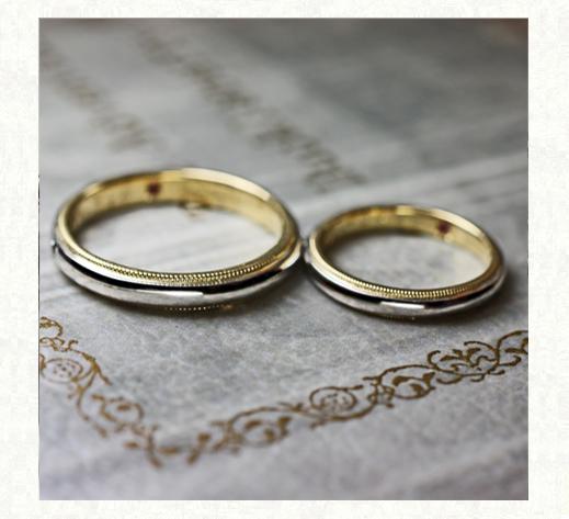 ゴールドのサイドステッチが入ったオーダーメイドの結婚指輪