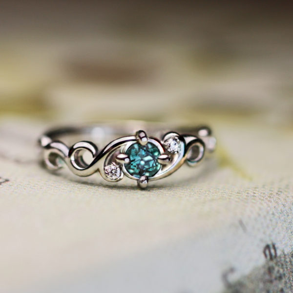 アレキサンドライトの婚約指輪 昼と夜で色が変わるエンゲージリング