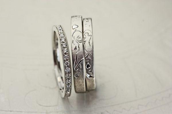結婚指輪の中でダンスを踊るふたりのリングとダイヤモンドエタ二ティリング