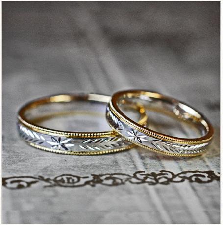 星の柄をてしたゴールドとプラチナのコンビ結婚指輪