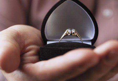 婚約指輪のオーダーメイドリングをデザイナーに依頼する