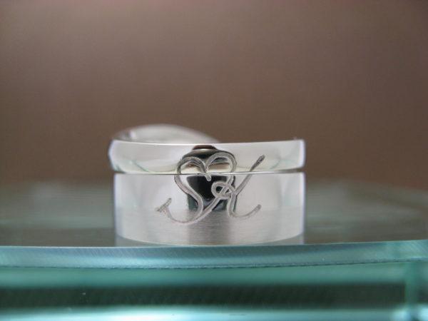 S様が千葉 柏本店で作った結婚指輪の後ろに二人のイニシャルKとSでハート