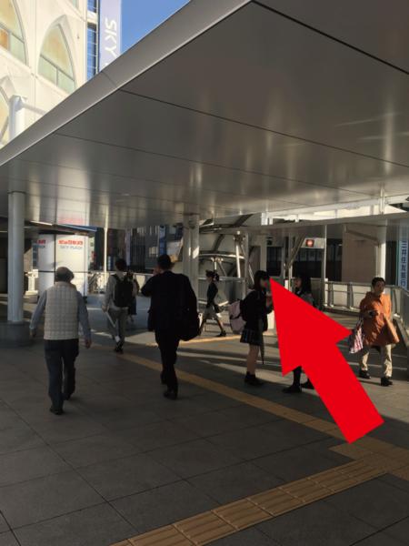 柏駅東口を出て直進して頂くと、 左手に[ビックカメラ]、右手にエスカレーターがございます。  右手のエスカレーターを降りて頂きます。