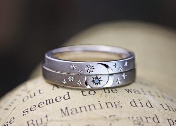 結婚指輪を重ねて表と後ろに月と太陽の模様を入れたオーダーリング