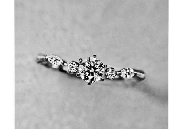 繊細で細いオルゴールの様な婚約指輪・オルゴール