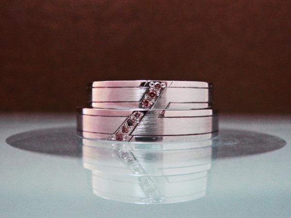 I様 が千葉・ 柏店舗でオーダーメイドしたブラウンダイヤのラインが一つに繋がる結婚指輪
