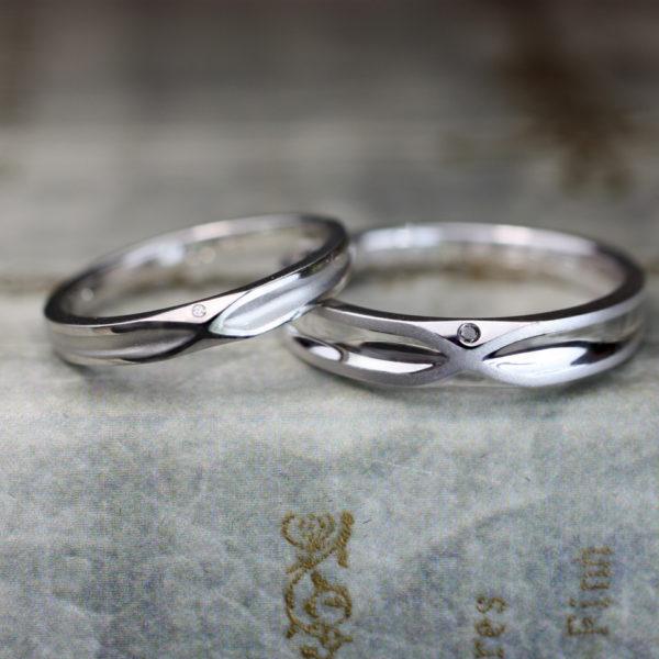 8の字のデザインの結婚指輪をお二人メイドす