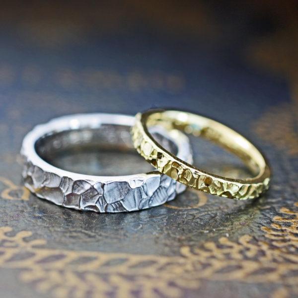 結婚指輪の表面をクロコ調のテクスチャーにオーダーメイドしたペア