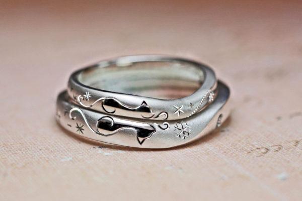 シルエットと模様を組み合わせたネコの結婚指輪