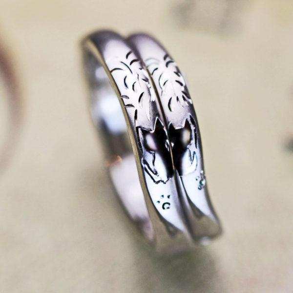 ネコのカップルが花火を見ている柄のオーダーメイド・結婚指輪