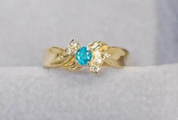 パライバ・トルマリンの希少なブルーカラーが留まった指輪