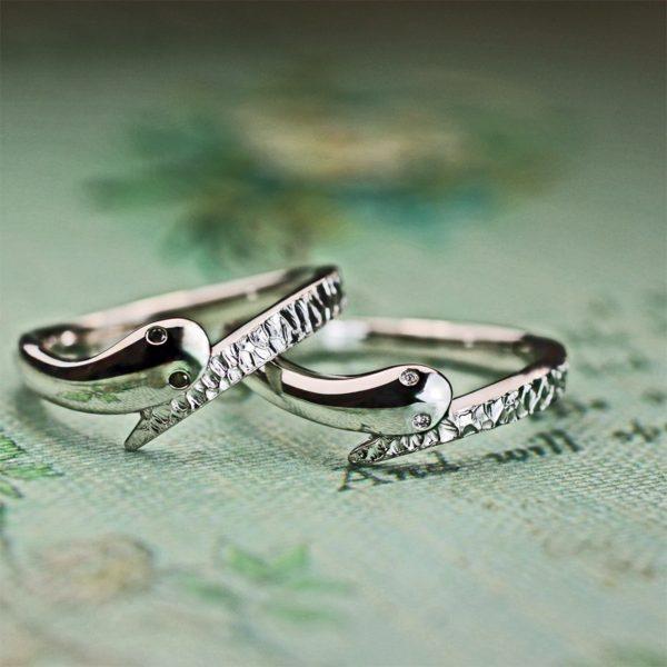 スネークデザインのプラチナ結婚指輪の目に輝くブラック&ホワイトダイヤ