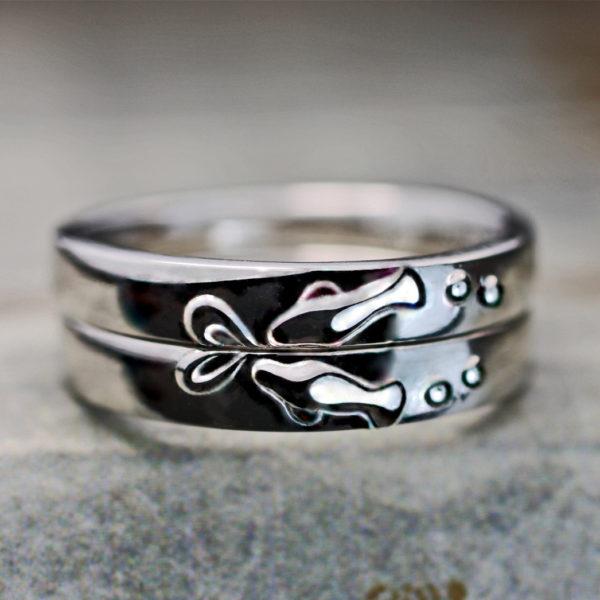 愛し合うマナティのカップルが泳ぐオーダーメイドの結婚指輪