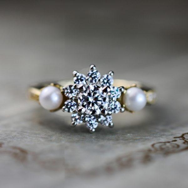 輝くダイヤモンドの星の周りを2つの真珠が寄り添うオーダー婚約指輪