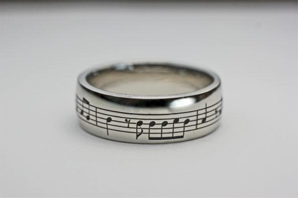 365日の紙飛行機の楽譜を入れた結婚指輪 2
