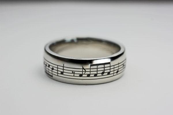 365日の紙飛行機の楽譜を入れた結婚指輪 3