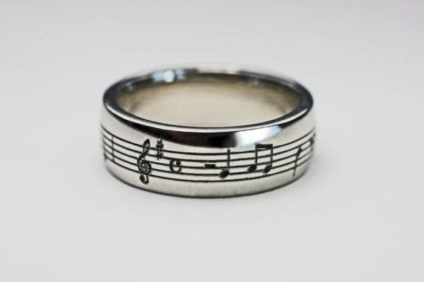 365日の紙飛行機の楽譜を入れた結婚指輪 100BASE