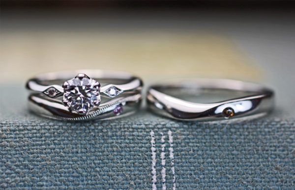 Vカーブの結婚指輪と婚約指輪の重ねつけオーダーメイド