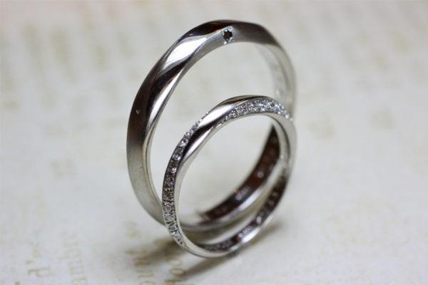 ダイヤがメビウスの様に取り巻くオーダーメイドの結婚指輪