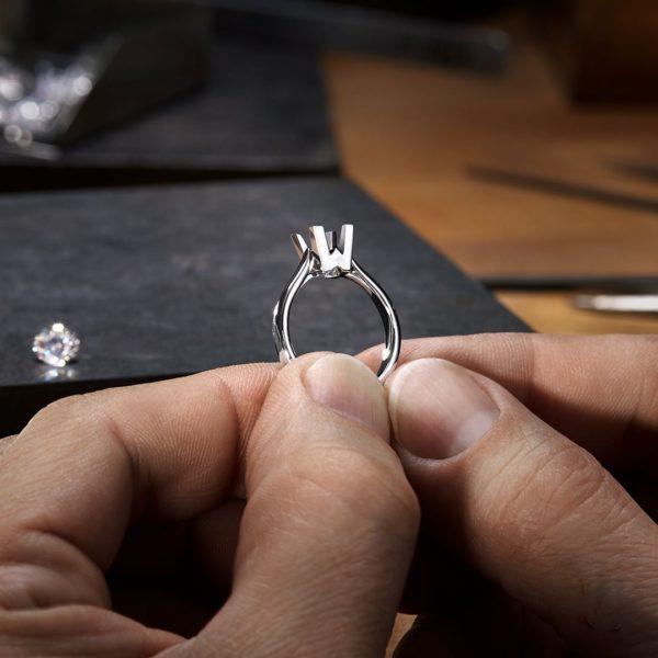 最高品質の婚約指輪をオーダーメイドで作るダイヤモンドの石留め