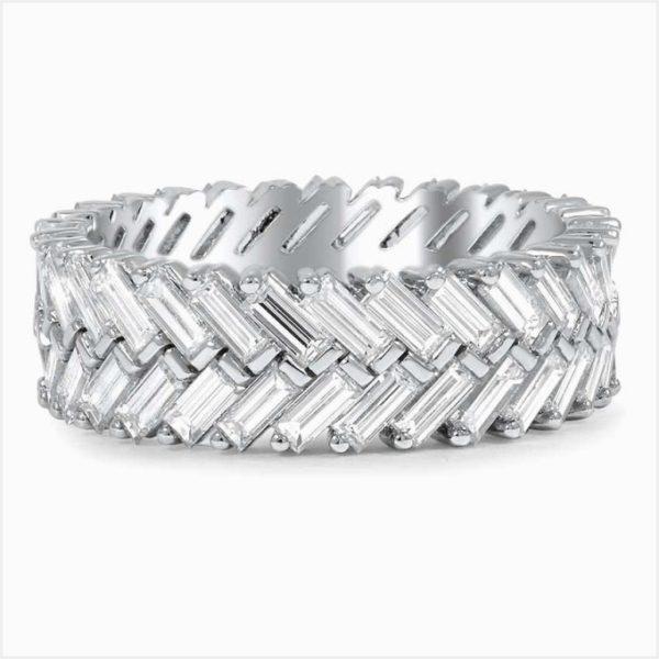 バゲットのダイヤモンドを独創的な留め方でリング一周にセットしたプラチナのオーダーメイド結婚指輪。
