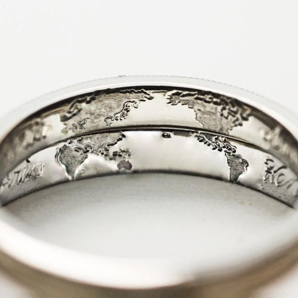 結婚指輪を重ねた内側に世界地図を描いたオーダーメイドリング