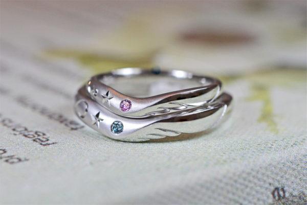 ピンクとブルーの天使のカップルを結婚指輪に