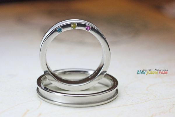 3色のカラーダイヤを結婚指輪の横にオーダーメイド