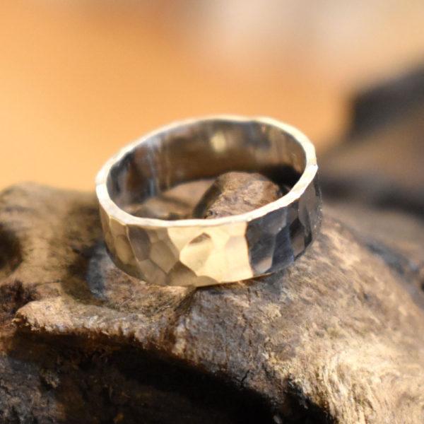 男性がオーダーメイドで結婚指輪をつくる