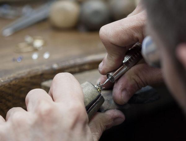 熟練の職人たちとデザイナーがオーダーメイドで結婚指輪をつくるヨーアンドマーレ