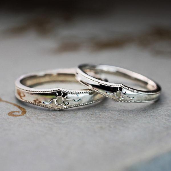 太陽と海のマークの結婚指輪をオーダーしたハワイ挙式のカップル