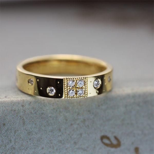 結婚記念指輪にブーケとダイヤと子供の人気キャラをオーダーメイド。後ろ側