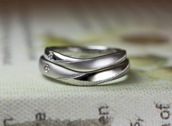 Vラインが重なるプラチナの結婚指輪