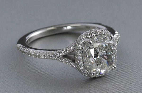 プラチナは高品質のダイヤモンドを強調するフォーマルの定番といえます。