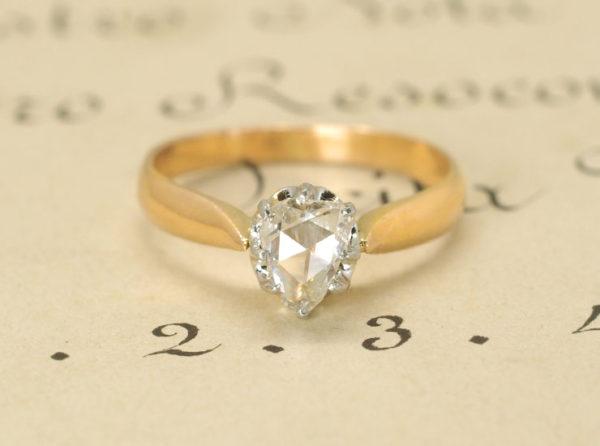 個性的なヴィンテージ感を与えるローズカットダイヤモンドの指輪