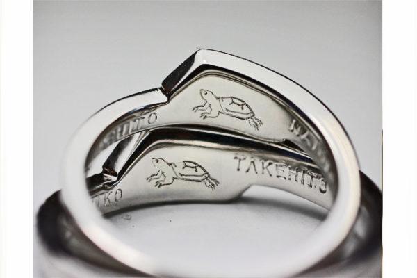 結婚指輪の内側に飼っているカメの模様をいれる