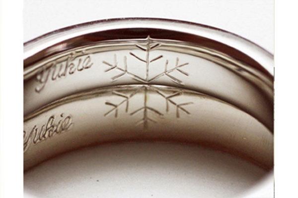 結婚指輪を重ねて雪の結晶模様をつくる